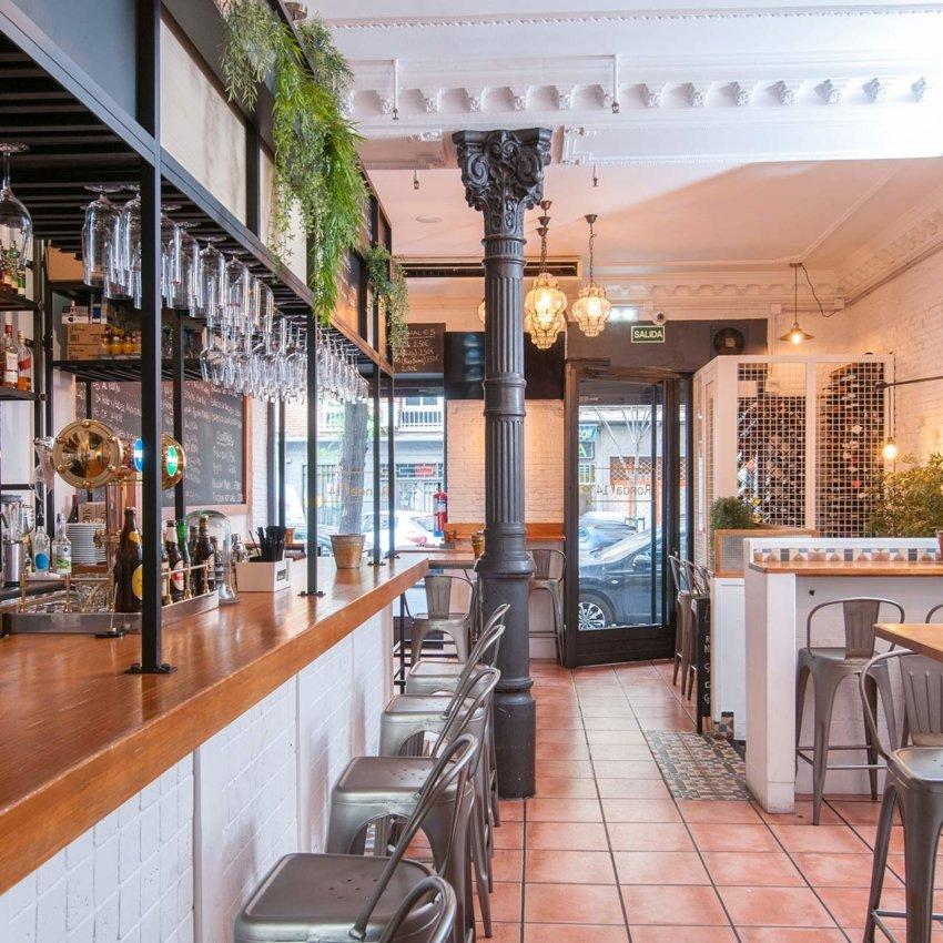 Barra y entrada del restaurante de Madrid Ronda 14