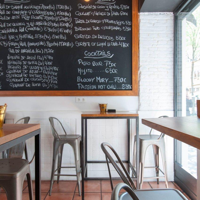 Detalle de pizarra con la carta en el restaurante Ronda 14 de Madrid