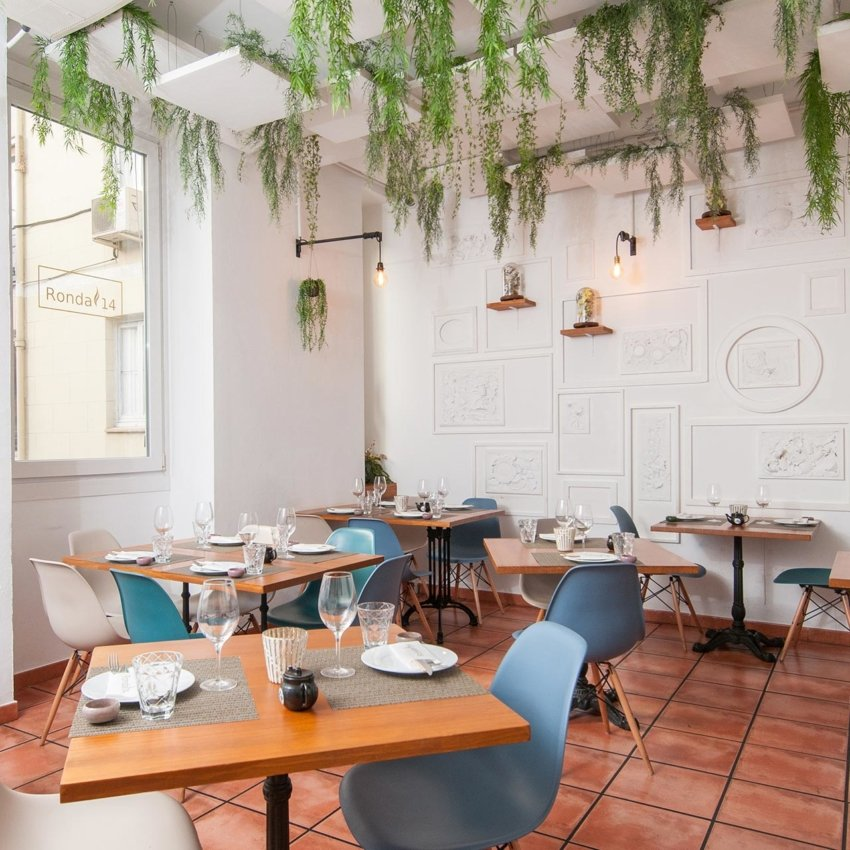 Sala del restaurante con jardín en el techo del restaurante en Madrid Ronda 14