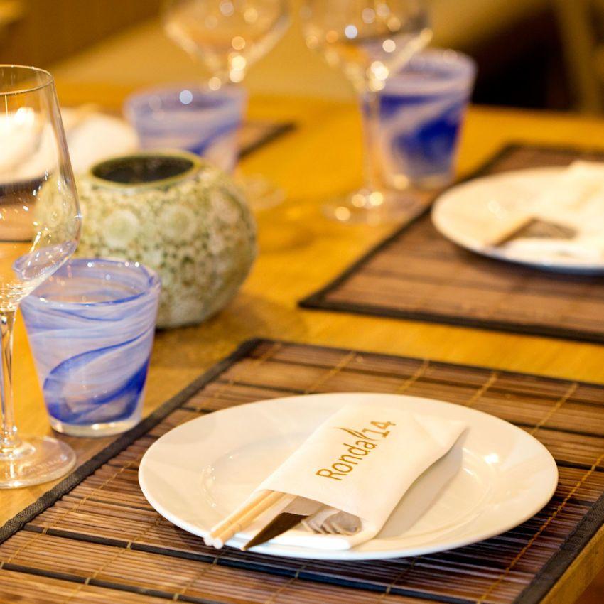 Detalle de las composición de una mesa en el restaurante Ronda 14 de Avilés